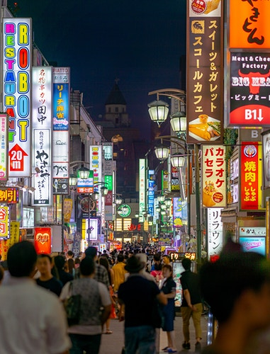 A typically crowded street with dozens of neon signs in Shinjuku (Tokyo, Japan) - Daniel John Photography