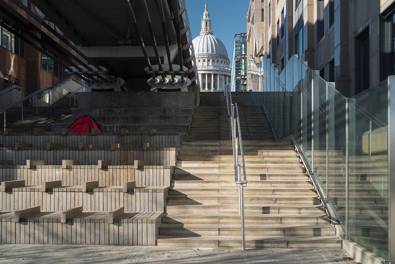 HOMELESS IN LONDON DURING THE CONTAGION. ST. PAULS BELOW THE NORTHERN END OF THE MILLENNIUM BRIDGE OVER THE THAMES SUNDAY 05TH APRIL 17.12 DURING THE GREAT PANDEMIC 2020 - GRAHAM GUY BARRATT