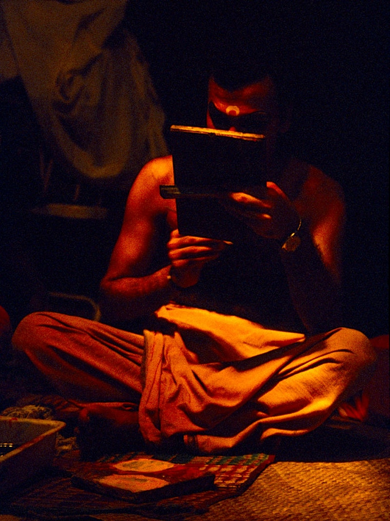 A KATHAKALI DANCER PREPARES – CALVATHY ROAD, FORT COCHIN, KOCHI, KERELA - GRAHAM GUY BARRATT