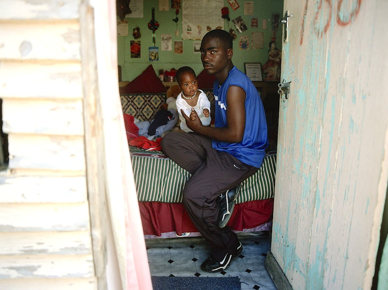 AT HOME WITH DAD - IMIZAMO YETHU TOWNSHIP HOUT BAY NR CAPE TOWN SOUTH AFRICA - GRAHAM GUY BARRATT