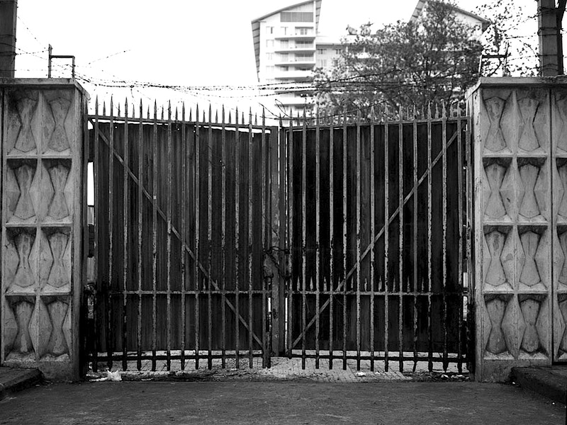 LAST EXIT - GATE OF THE U.S. EMBASSY SAIGON - GRAHAM GUY BARRATT