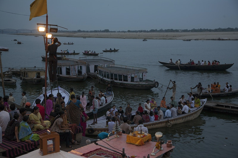 PREPARING FOR EVENING PRAYER ON THE GANGES - GRAHAM GUY BARRATT