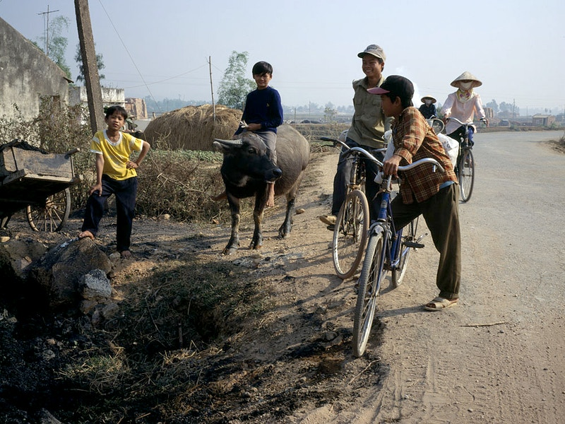 KINGS OF THE ROAD – ROADSIDE NEAR HAI DUONG IN THE RED RIVER DELTA AREA 50 MILES FROM HA LONG BAY 20TH DECEMBER - GRAHAM GUY BARRATT