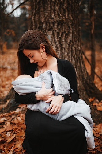 Mother and baby breastfeeding among nature - Creative Portrait Photographer :: Portland, Maine - Savannah Daras