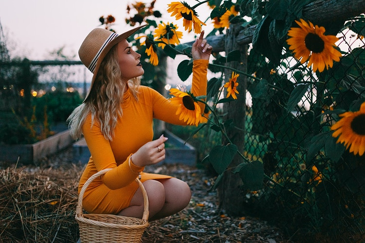 Sunflower garden, Portland Maine. Lifestyle Fashion Photographer. - Creative Portrait Photographer :: Portland, Maine - Savannah Daras