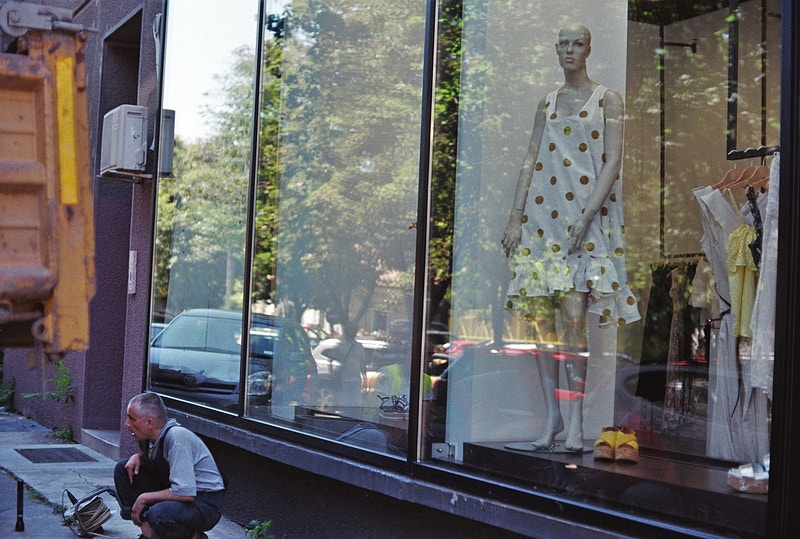 worker waits and mannequin waits - Victor Cohen