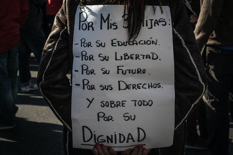 SPAIN. Paseo del Prado. A mother with a banner reading 'For my daugthers: for their education, for their freedom, for their future, for their rights. And above everything for their dignity', in Madrid, March 22, 2014 ©Victoria Herranz - VictoriaHerranz