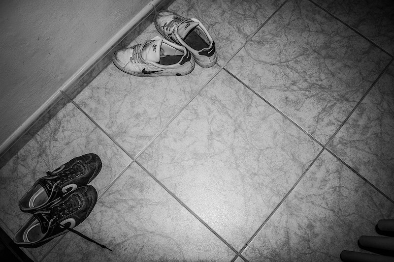 Zapatillas abandonadas en el pasillo durante una sesión de relajación. Photos and texts ©Victoria Herranz. All Rights Reserved. - VictoriaHerranz